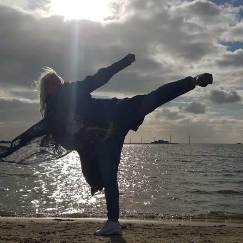 boosabum Gretha Veldhuizen maakt een yop chagi aan het strand