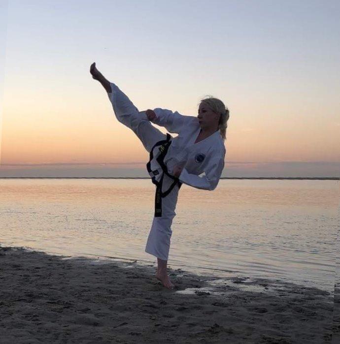 boosabum Jamie Breunis maakt een yop chagi aan het strand