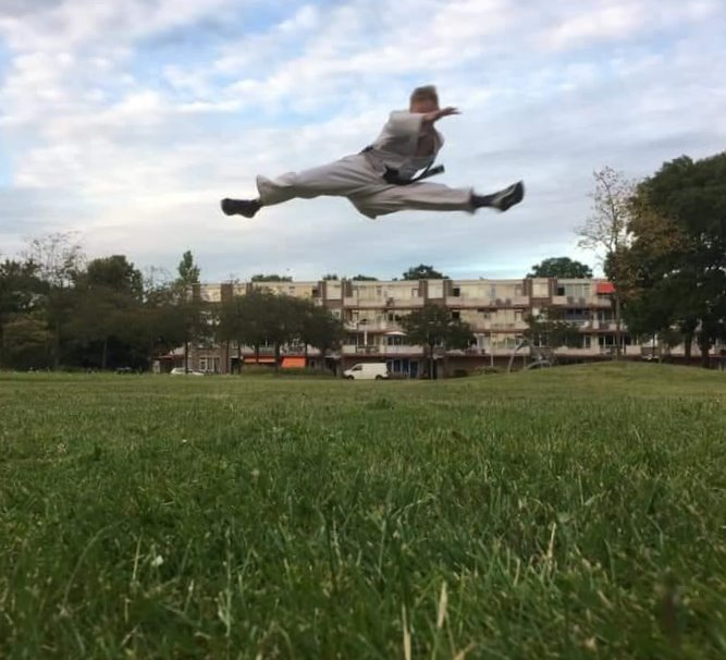 boosabum Mark Breet maakt een gesprongen split kick op het veld